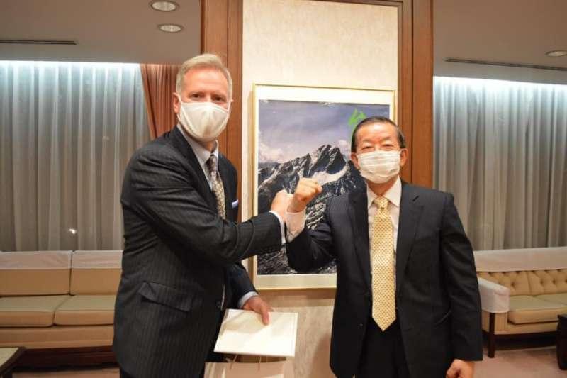 台灣駐日本代表謝長廷邀請美國駐日代辦楊舟到官邸作客(翻攝臉書)