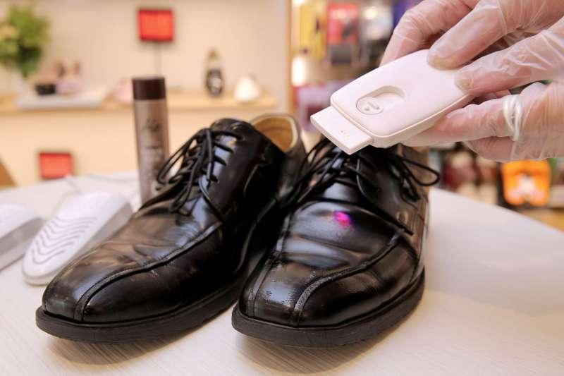 使用醫療級UVC遠紫外線殺菌燈,360度零死角快速殺除鞋子上所殘留99_以上的病菌。(圖/阿瘦皮鞋)