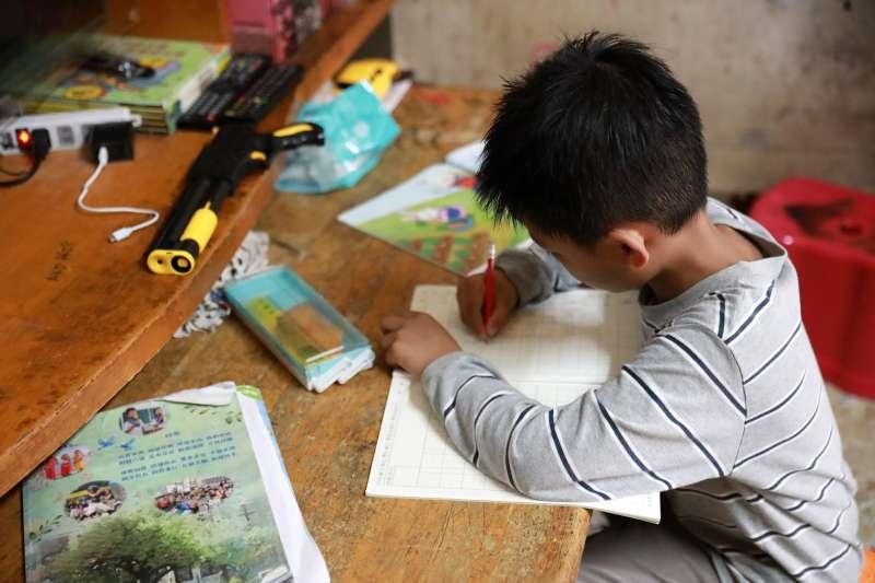 圖說:受疫情衝擊,台灣大哥大呼籲大眾響應「微樂志工」,一人認捐一平板,幫助弱勢兒少克服數位落差 (照片來源:台灣世界展望會)。