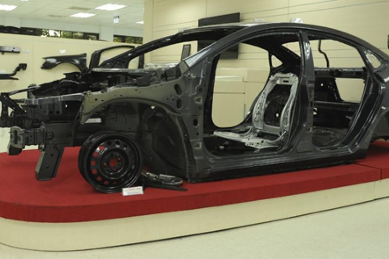 維克多.坦能堡擅長透過編碼修改,並改裝汽車裡的電子零件,但強調自己不是駭客。(資料照,中鋼提供)