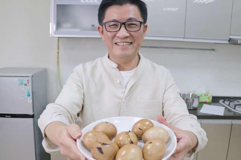 行政院政務顧問鄭宏輝在他的臉書示範在家防疫自製茶葉蛋。(圖/鄭宏輝辦公室提供)