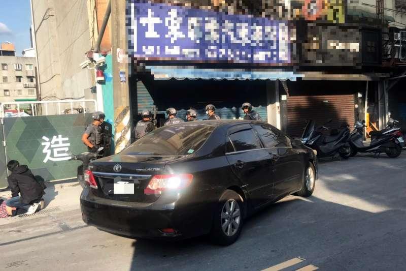 海巡署掌握毒梟在台北市士林區某座偽裝成洗車廠的毒品倉庫後,於26日攻堅查緝。(海巡署提供)