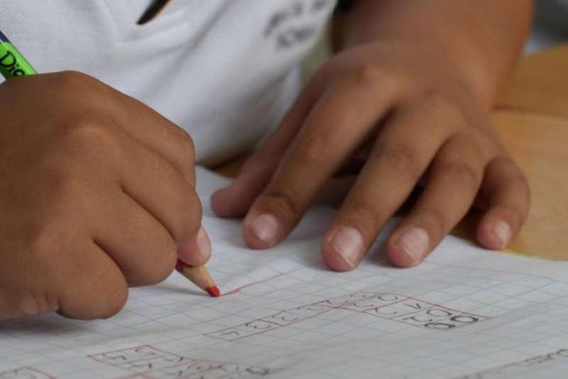 英國一名年僅4歲的天才女童,智商只比世紀天才愛因斯坦略低一些。(示意圖/翻攝自推特@Radio_Formula)