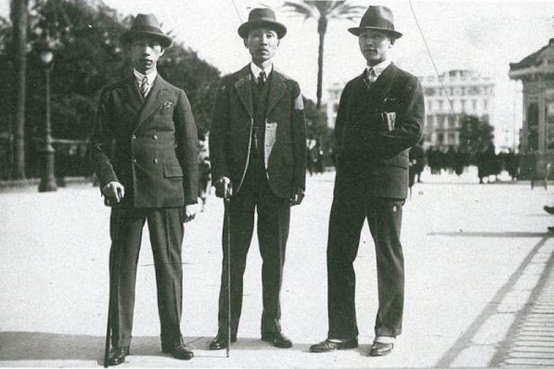 林獻堂(中)與長子林攀龍(左)、次子林猶龍(右)於巴黎街頭合影。(《灌園先生日記》一九二七年)(邱坤良提供)