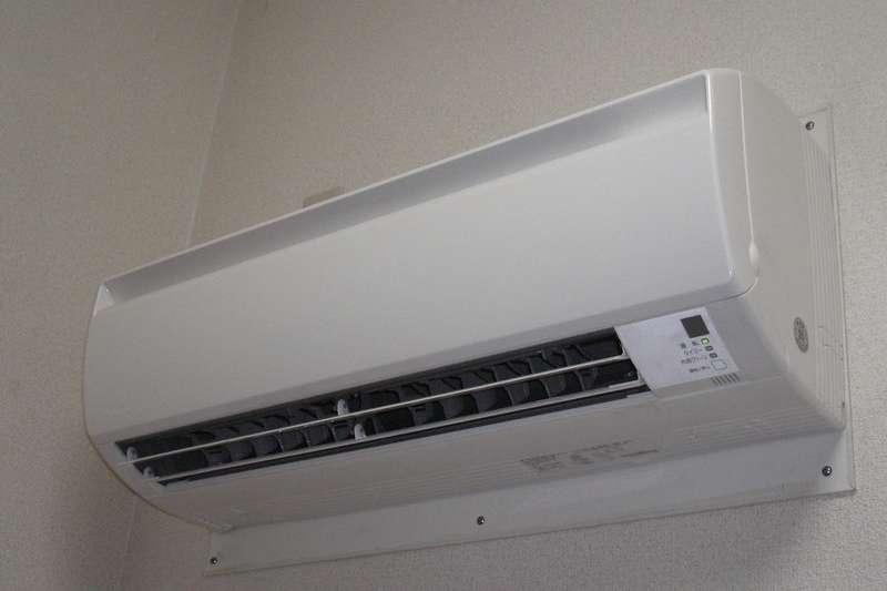 天氣炎熱,許多民眾都開冷氣時,都忽略關好門、窗的動作,這不僅讓電費暴增,還會增加冷氣耗損!(圖/取自rockriver@flickr)
