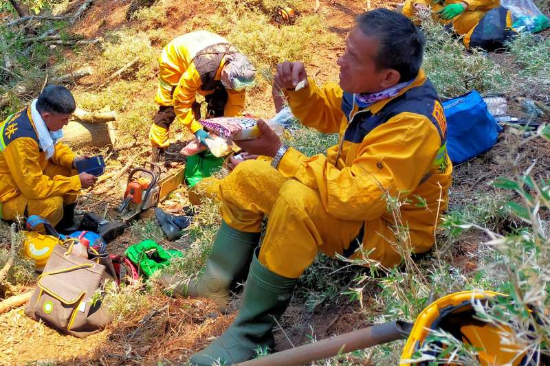 不少協助滅火的森林護管員在高山執行任務半個月沒回家。(圖/取自林務局-森活情報站臉書)