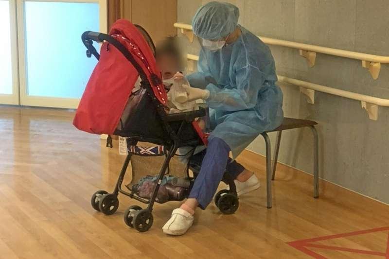 一對確診新冠肺炎的祖孫在台北慈濟醫院治療,但1歲孫女達解隔離標準後,外婆卻仍在插管,有護理師主動當起保姆照料,餵小病人喝奶。(圖/取自台北慈濟醫院臉書)