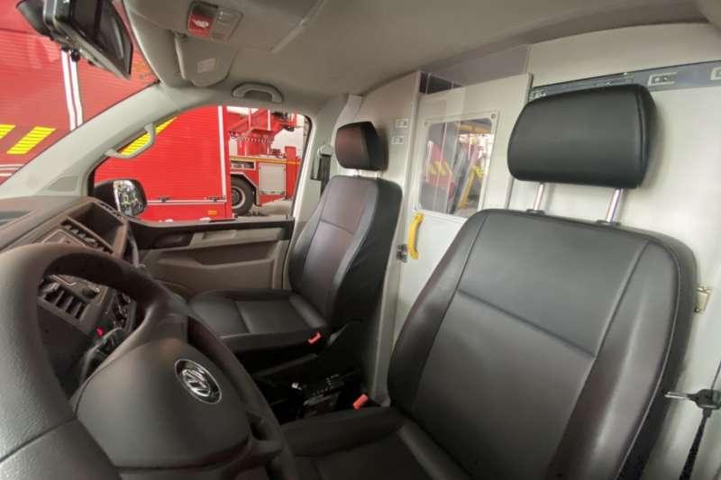 台中市消防局的救護車在車廂中規劃分艙分流,提升救護人員的防疫安全。(圖/台中市政府提供)