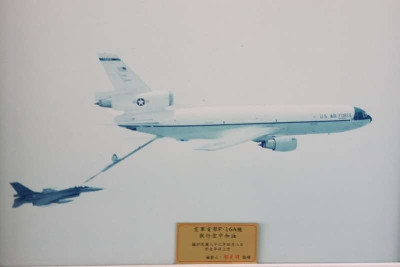 20210528-我空軍自1992年獲准向美採購F-16後,直至1997年4月以跨洲飛行方式陸續飛回國內,證明F-16性能優異,台美飛官技術精良。當時空中加油的畫面,亦曾被AIT發布過。(取自AIT臉書)