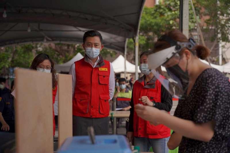 新竹市長林智堅28日視察全台首座「專責疫苗接種站」。(新竹市政府提供)
