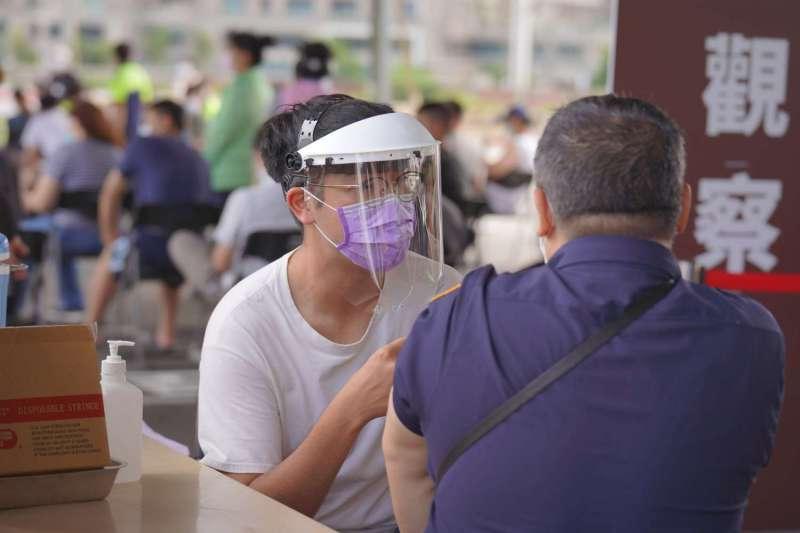 網路有人指出,打新冠肺炎疫苗前,要先吃飽、並建議先喝250CC溫水,就可避免副作用,兩位醫師破除了這則傳言。(示意圖/新竹市政府提供)