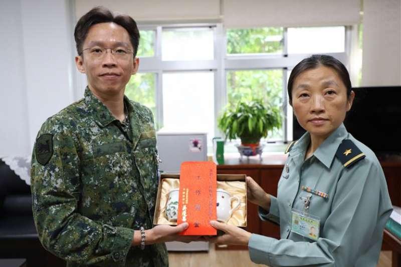 傳陸軍陸勤部政戰主任辜麗都(右)將調任憲兵指揮部政戰主任。(取自青年日報)