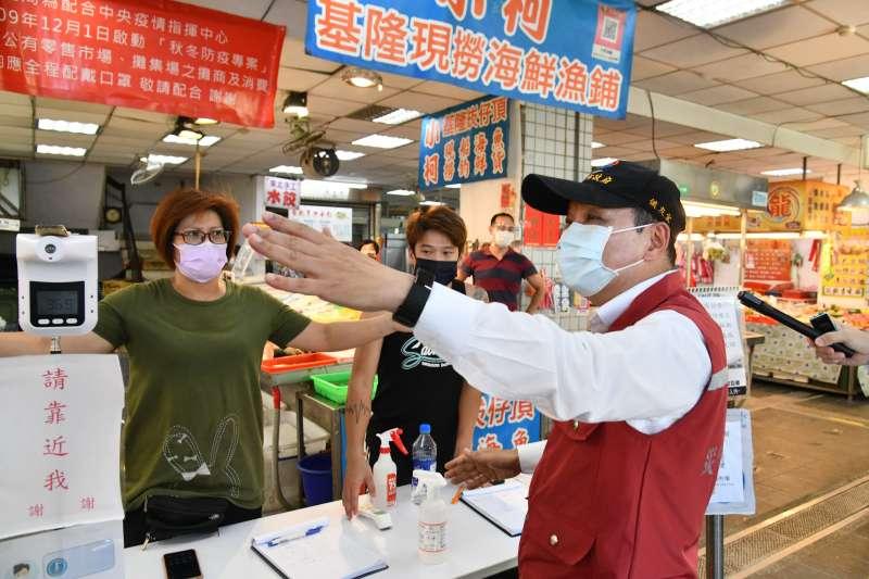 新北市長侯友宜27日視察市場防疫工作。(新北市政府提供)