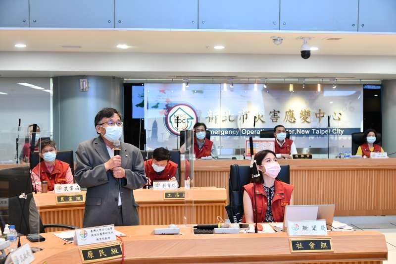 台大公衛教授陳秀熙(前排左一)28日赴新北市府專題報告。(新北市政府提供)