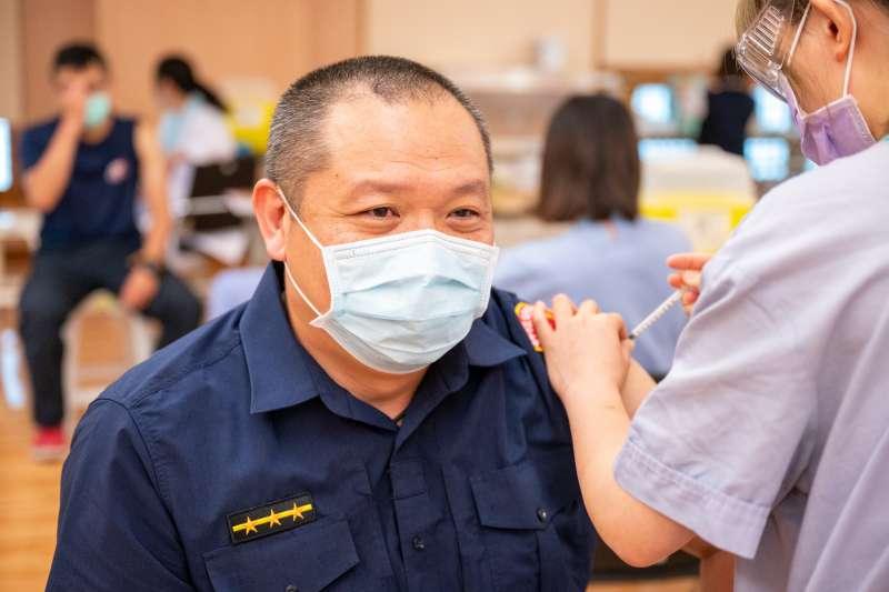 第二批疫苗運抵台中後,市府已經針對第一線的醫護警消進行施打,多位警消人員對於第一時間就能打到疫苗感到欣慰。(圖/台中市政府)