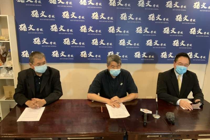 姚大光、張亞中、蔡正元(由左至右)在記者會上宣布,接受北京兩岸東方文化中心捐贈的新冠疫苗,並代為處理相關事宜。(孫文學校提供)