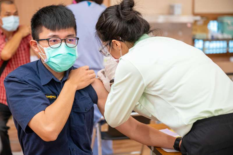 台中市政府29日開放一線警消人員施打疫苗,盼相關人員值勤時防疫無後顧之憂。(台中市政府提供)