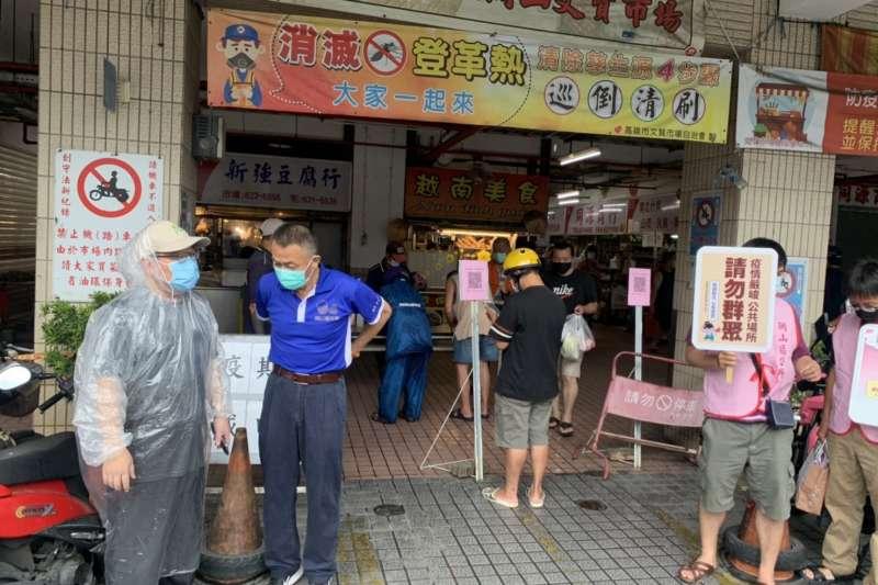 高市民政局長閻青智(左一)親率防疫團隊至岡山區文賢市場,展開防疫加嚴措施、稽查與宣導。(圖/高市民政局提供)