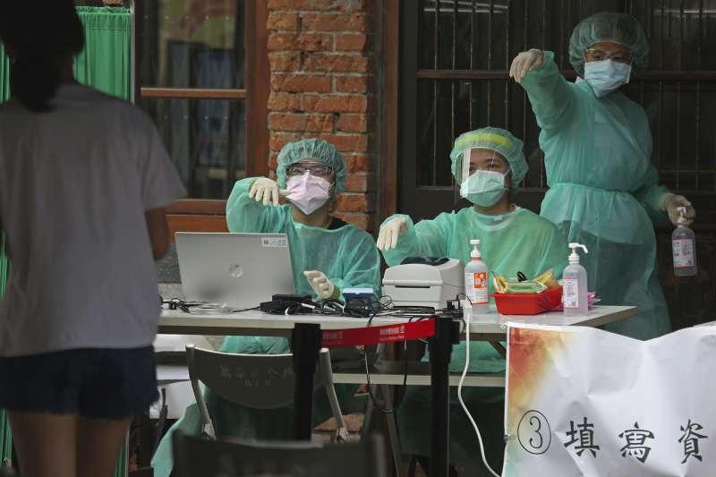 2021年5月,台灣新冠肺炎疫情急遽升高,不只疫苗極度短缺,篩檢量能嚴重不足,醫護量能更是捉襟見肘。(資料照,AP)