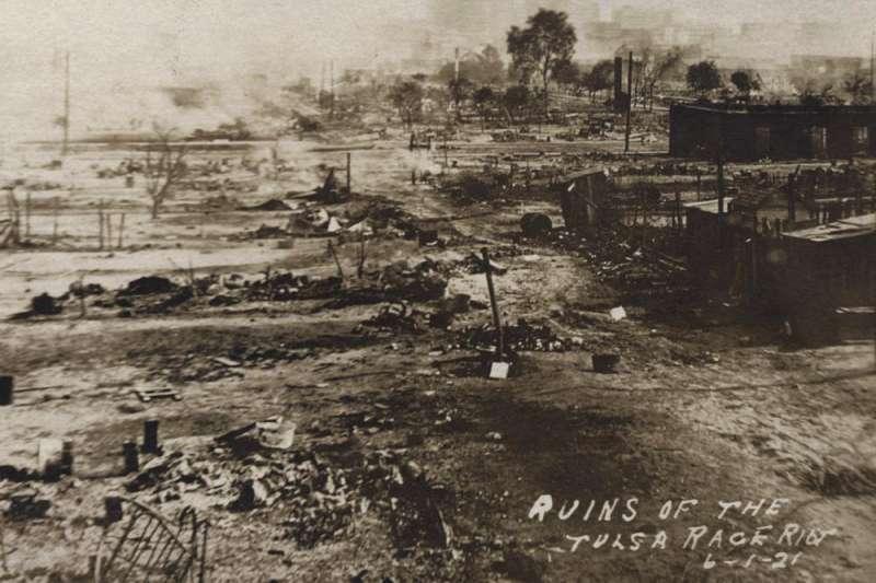 1921年,美國奧克拉荷馬州土爾沙市格林伍德區遭到種族主義屠殺,那是當地著名的非裔富人社區,有「黑人華爾街」之稱。(AP)