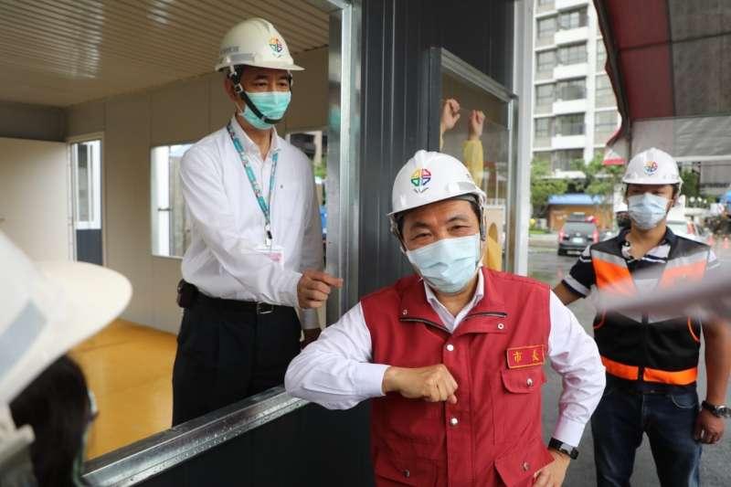 新北市完成設立疫苗接種站,地點就在板橋江翠重劃區,面積超過1200坪、共有18個接種窗口。圖為新北市長侯友宜。(新北市政府提供)