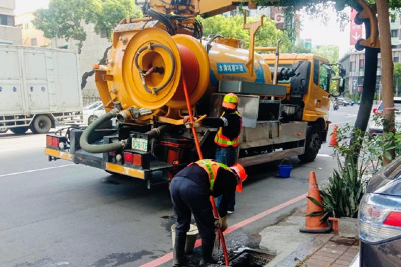 清溝車吸取水溝內淤泥。(圖/高市環保局提供)