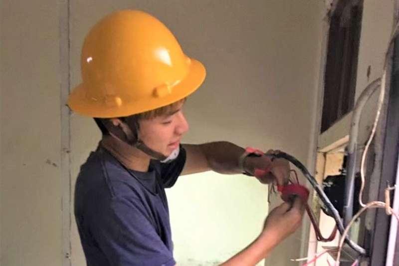 敬勛參加勞動部宜蘭職業訓練場水電班訓練,結訓後取得室內配線乙級證照擔任水電技術員。(圖/勞動部勞動力發展署北分署提供)