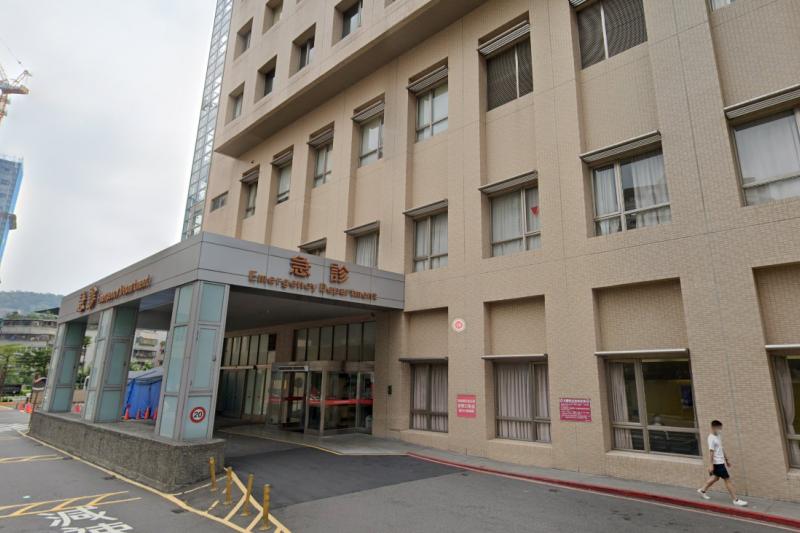 新北市雙和醫院昨(31)日傳出一名確診者疑似情緒不穩,持刀揮砍3名醫護。(圖/擷取自google map)