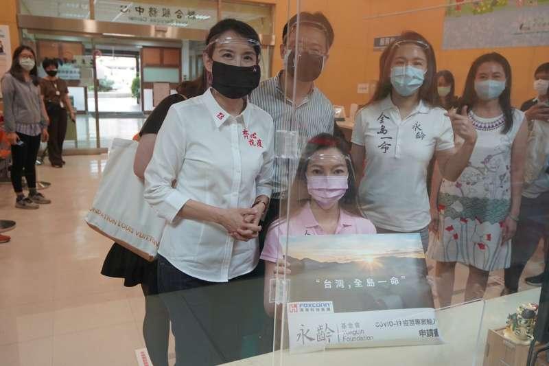 郭台銘辦公室1日中午表示,已向衛福部食藥署遞件完成,遞件代表、郭台銘夫人曾馨瑩也表示,希望政府能聽見人民心聲。(郭台銘辦公室提供)
