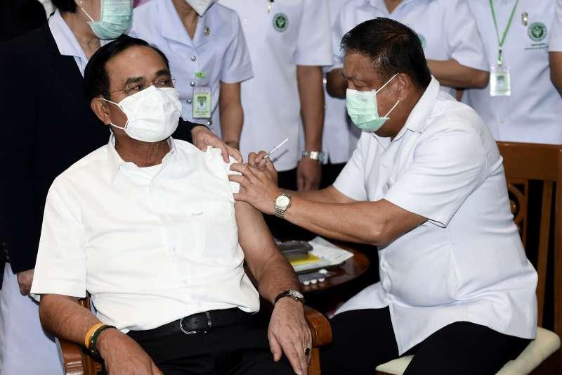 2021年5月24日,泰國總理帕拉育接種AZ疫苗(AP)
