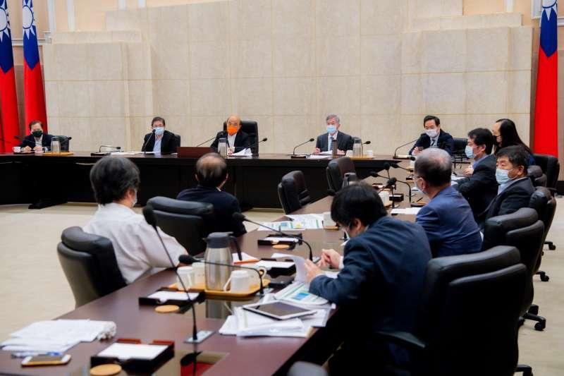 行政院長蘇貞昌1日邀集衛福部等相關部會召開「行政院疫情會議」。(行政院提供)