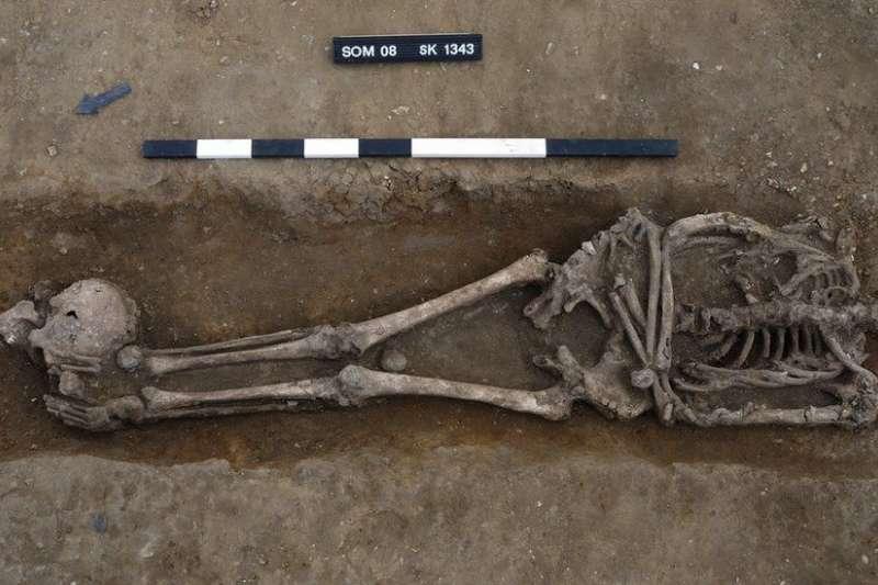 學者在英國劍橋郡薩默舍姆村的古羅馬墳場,發現異常多的遺骸可能被砍頭處死。(截自推特)