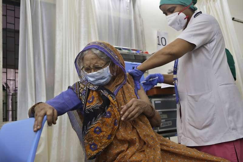 印度新冠疫情,孟買一名老婦人接種印度本土研發的COVAXIN疫苗。(AP)