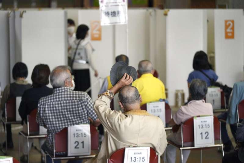 日本跟台灣同屬新冠疫苗接種落後的國家,但日本目前正針對65歲以上老人全面施打疫苗。(美聯社)