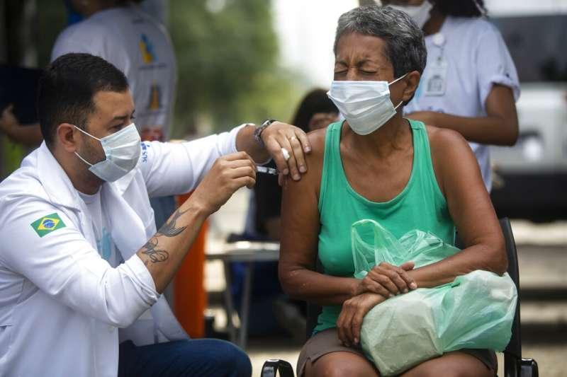 巴西民眾正在接受新冠疫苗注射。(美聯社)