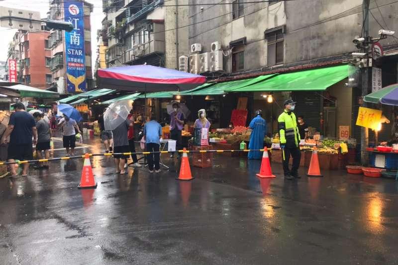 新板橋區江寧黃昏市場進行出入口管制,於下午4點至晚上7點禁止汽機車進入。(圖/新北市市場處提供)