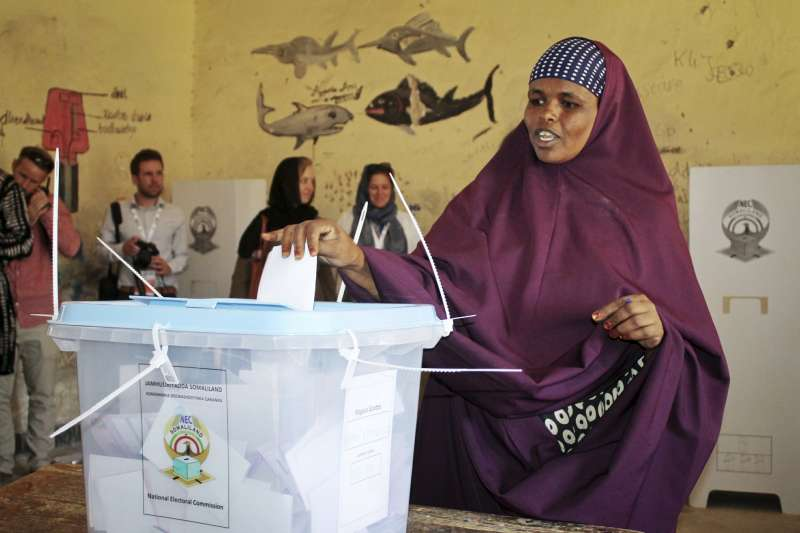 2021年5月31日,索馬利蘭舉行國會及地方二合一選舉,圖為2017年總統大選的投票民眾(資料照,AP)