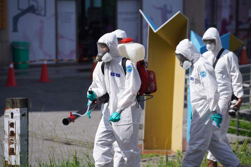 台北市文化大學日前爆出4名住宿生染新冠肺炎。圖為文大進行校園清消。(資料照,文大提供)