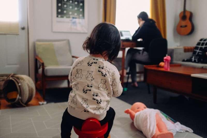 英國最新研究顯示,學校停課對母親的精神健康造成嚴重影響(Charles Deluvio@Unsplash)