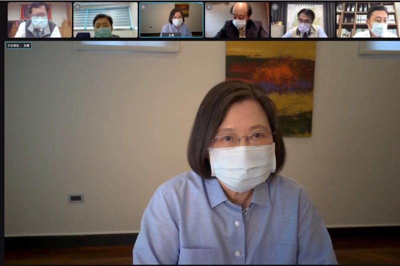 台北市長柯文哲昨日下午在記者會宣布台北市民打疫苗免費,民進黨認為這是搶功,行政院晚間聲明,立院早就通過全國免費預算,總統蔡英文也特地在臉書發文澄清。(民進黨中央提供)
