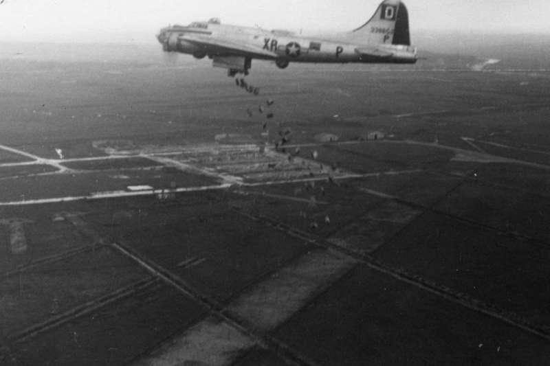 外號「血腥一百」的第100轟炸機大隊B-17轟炸機,向荷蘭佔領區的民眾空投食物,注意這些糧食多數沒有綁降落傘,一切空投任務只能低空進行。(第100轟炸機大隊紀念博物館/許劍虹提供)