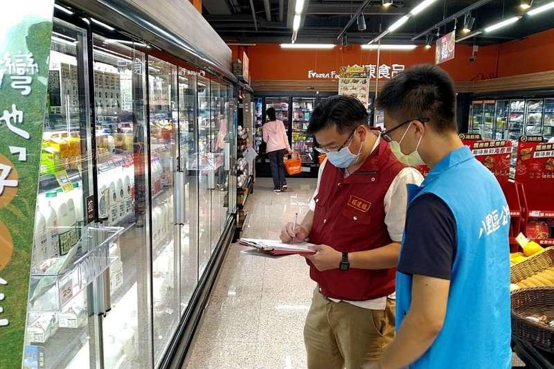 八里區公所針對轄內大型賣場進行查察。(圖/新北市八里區公所提供)