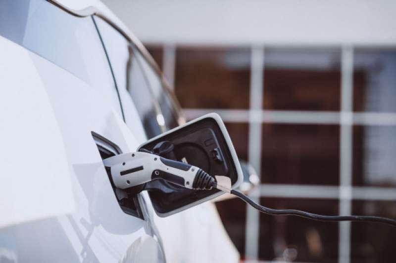 電動車驅動產業革命,百兆商機投資題材正夯。(圖/Freepik)