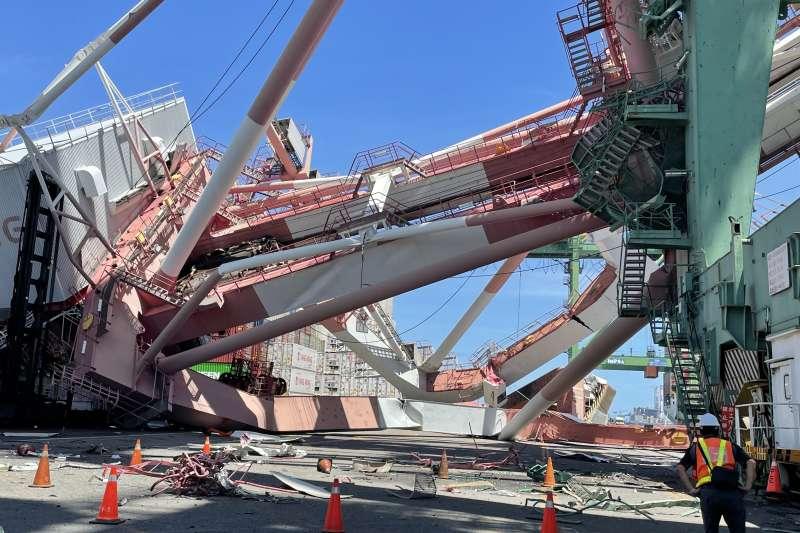 高雄港岸上橋式起重機嚴重受損。(港務公司提供)
