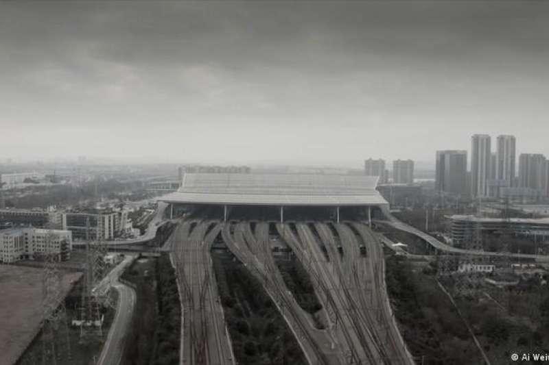 中國藝術家艾未未的記錄片《加冕》記錄了武漢封鎖第一天到最後一天中國官方殘酷和軍事化控制疫情的過程。(德國之聲)