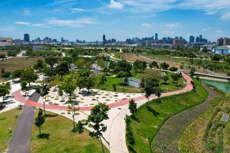台中市中央公園兼顧寧靜舒適、生態、景觀、滯洪、減災、減碳及遊憩等複合功能,達到世界級的智慧型生態公園。(圖/台中市政府提供)