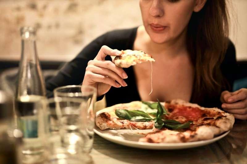 明明已經吃飽了,卻還能在飯後持續享受各式甜食?(圖/取自Pexels)
