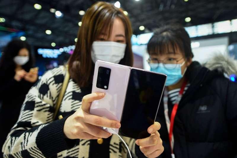 参觀者於2月23日在上海舉行的世界移動通信大會上試用華為的Mate X2。(AP)
