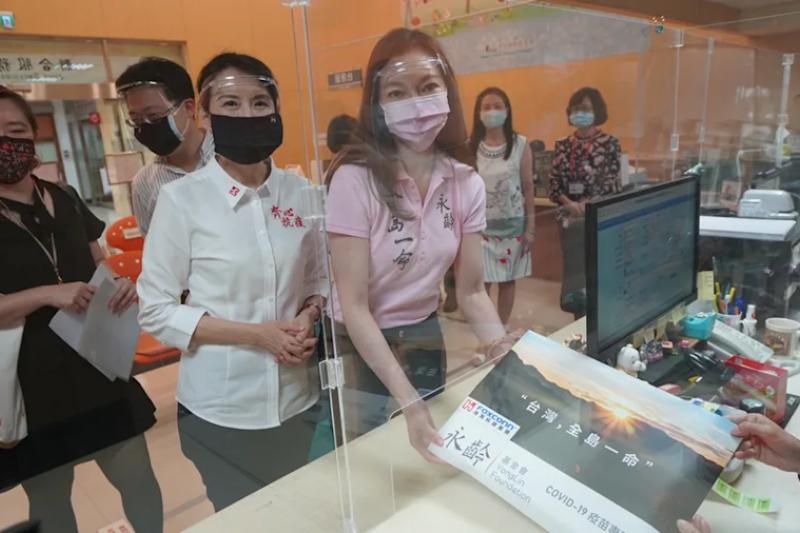曾馨瑩(中)透露,郭台銘為了疫苗親力親為,連夢話都是關於買疫苗。(資料照,郭台銘辦公室)