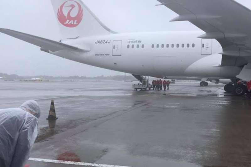 日本援台疫苗於4日抵台,駐日代表謝長廷臉特地到成田機場送機、並鞠躬致意。(取自謝長廷臉書)
